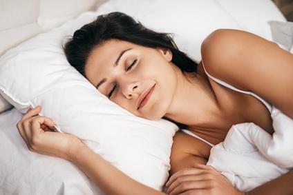 Slapende vrouw met haar hoofd rustend op een hoofdkussen